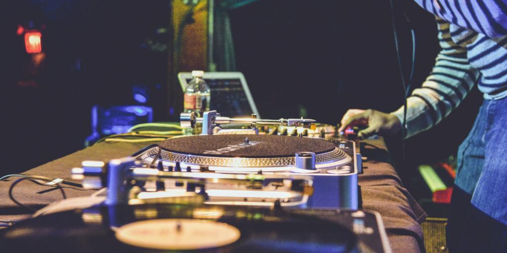 Dagens PostBilder 5 DJ utrustningar du behöver på alla live kasinon MIDI Hårdvara och tillägg 1024x512 - 5 DJ-utrustningar du behöver på alla live kasinon